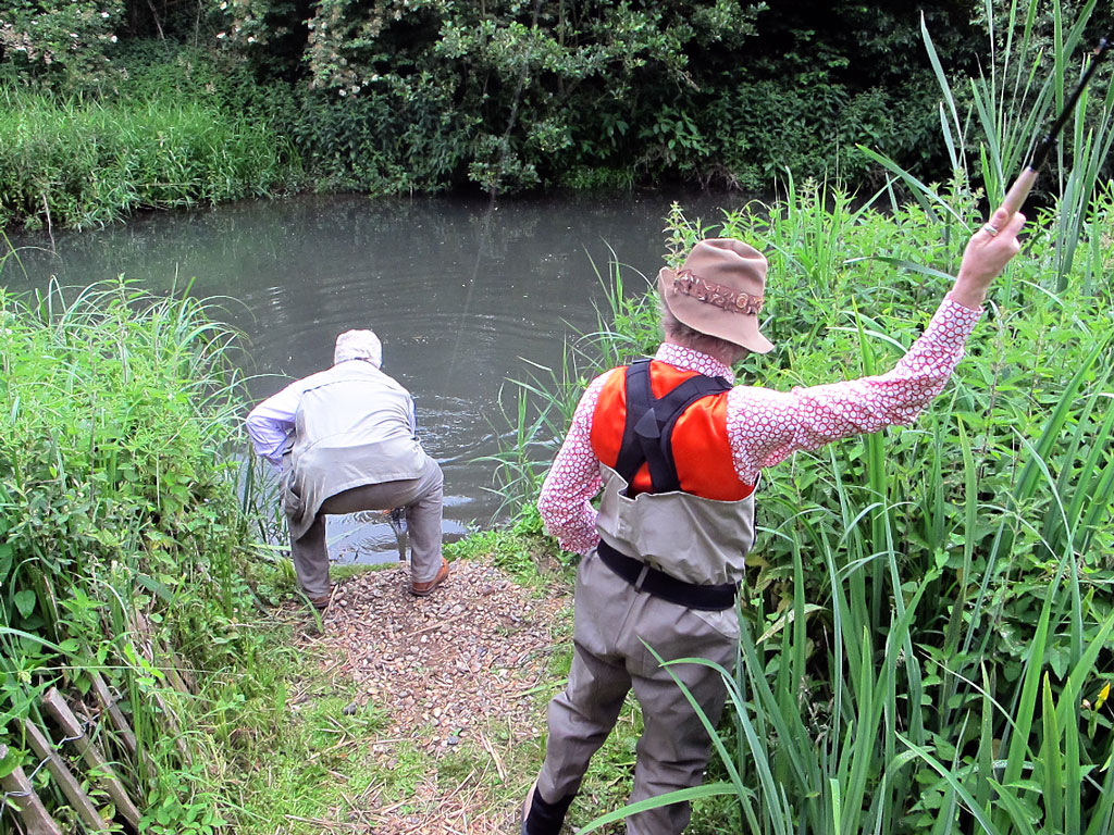 Hugh adopts the traditional Tenkara Sumo posture and Steve Edge tries to look nonchalant as a 4lb brownie ties knots in his tackle (wince)
